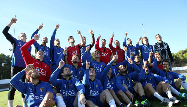 Los jugadores del CD Tudelano posan mirando al cielo en un entrenamiento celebrado sobre el césped del Ciudad deTudela.