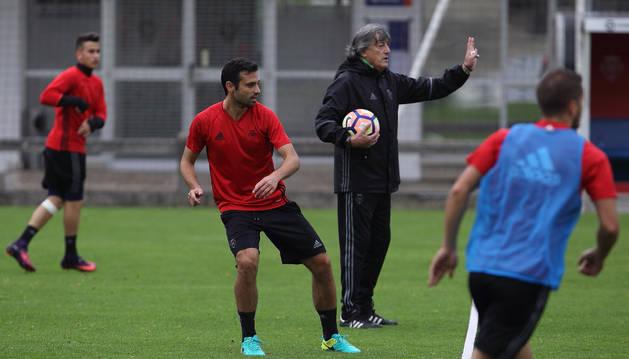 Miguel Flaño junto a Enrique Martín durante un entrenamiento de la semana pasada en Tajonar