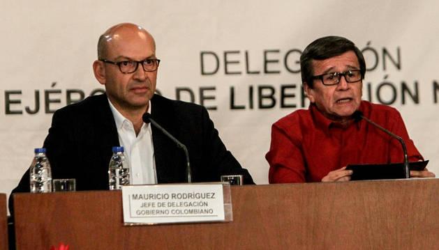 Los jefes negociadores del Gobierno colombiano Mauricio Rodríguez (i) y de la guerrilla del ELN, Pablo Beltrán (d).