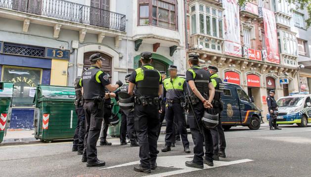 Los policías municipales momentos después del desalojo del edificio del Paseo de Sarasate, este sábado.