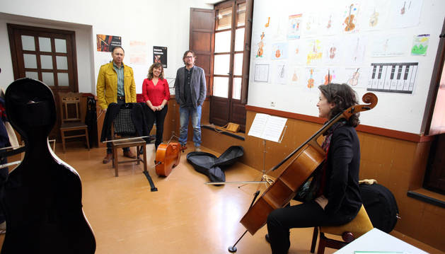 De izda. a dcha.: José Ángel Andrés, Silvia Cepas y Diego Ramírez, en el aula de Violonchelo.
