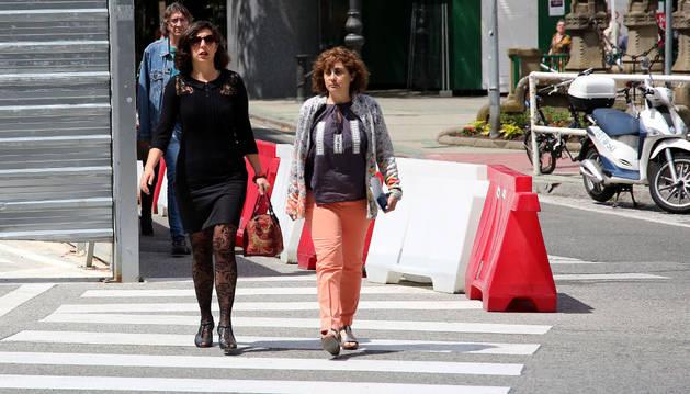 La líder de Podemos, Laura Pérez, y la parlamentaria Fátima Andreo, dirigiéndose el pasado junio a una reunión con el Gobierno foral.