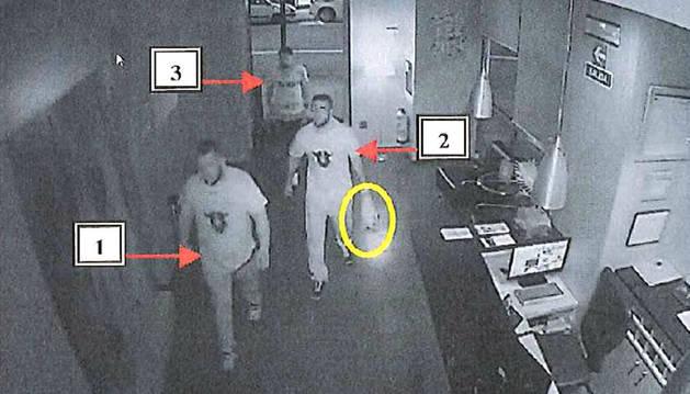 Tres de los procesados, captados por las cámaras de seguridad de un hotel al que intentaron acceder.