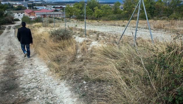 El cabo Pardo halló  al hombre casi inconsciente en este camino. Al fondo, acuartelamiento de Aizoáin.