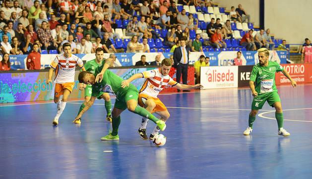 Araça pelea un balón con un jugador del P. Romero Cartagena. El encuentro resultó muy igualado e intenso.