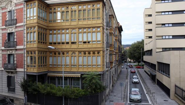 Varios vehículos pasando por la calle José Alonso. Al fondo, la rotonda de Navas de Tolosa.