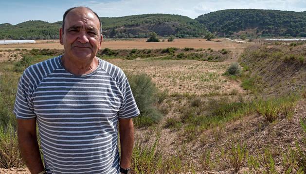 El concejal Miguel Ángel Barrigón Abarquero delante del poblado neolítico, ahora enterrado.
