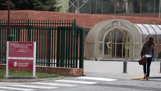 Imagen de la entrada de la Escuela de Arquitectura de la Universidad de Navarra.