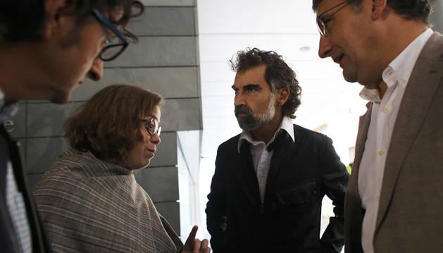 Eulalia Reguart, y Jordi Cuixart, conversan en las puertas del Ayuntamiento de Badalona.
