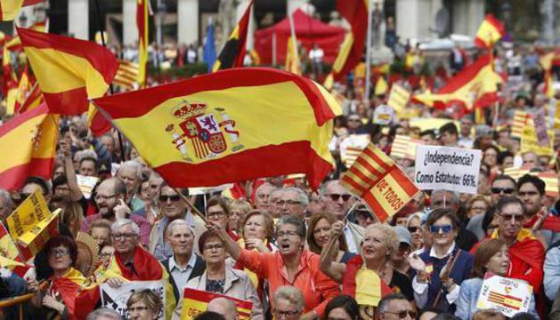 Manifestantes en Barcelona por la unidad de España.