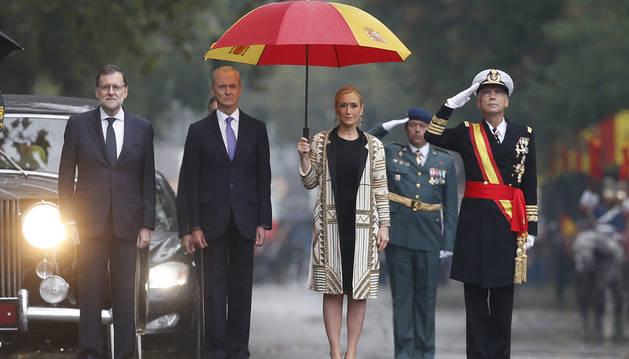 El presidente del Gobierno en funciones, Mariano Rajoy (i); el ministro de Defensa en funciones, Pedro Morenés (2i); la presidenta de la Comunidad de Madrid, Cristina Cifuentes (2d), y el jefe de Estado Mayor de la Defensa.