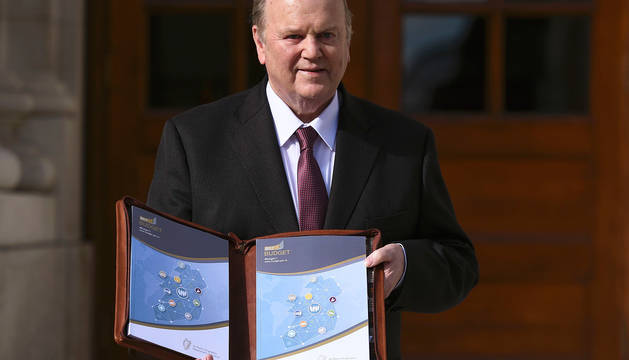 El ministro irlandés de Finanzas Michael Noonan, con los presupuestos de 2017.