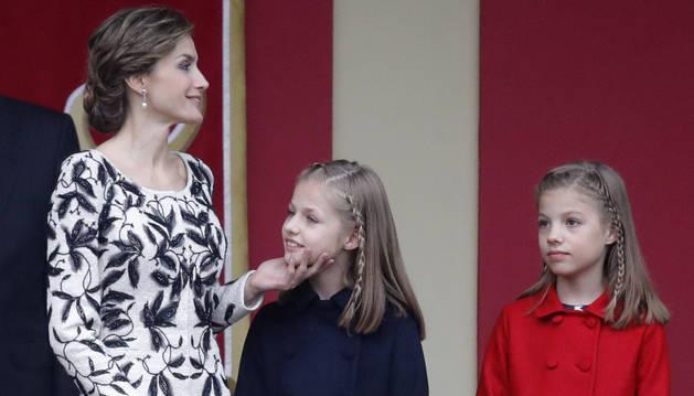 La reina Letizia, junto a sus hijas la Princesa de Asturias y la infanta Sofía.