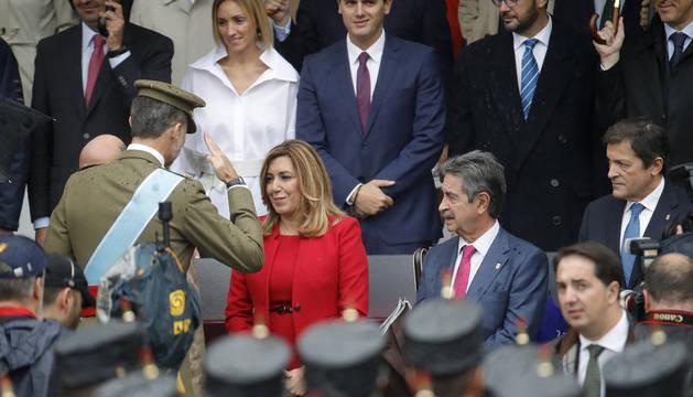 El Rey saluda a la socialista Susana Díaz.