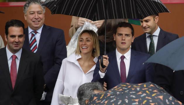 Albert Rivera y su novia, Beatriz Tajuelo, momentos antes del acto central del Día de la Fiesta Nacional.