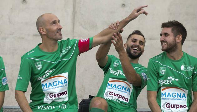 El capitán del Magna Gurpea Xota, Javi Eseverri, bromea con Rafa Usín y Roberto Martil, el día en el que se presentó la plantilla de Primera División.