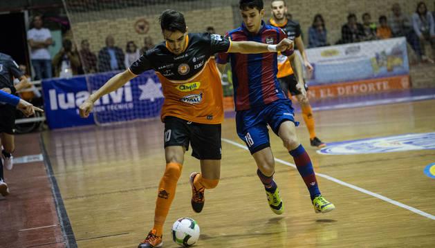 Oussama conduce el balón en el partido ante Levante.
