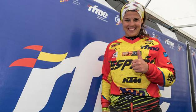 Laia Sanz posa en el motorhome de la Federación Española.
