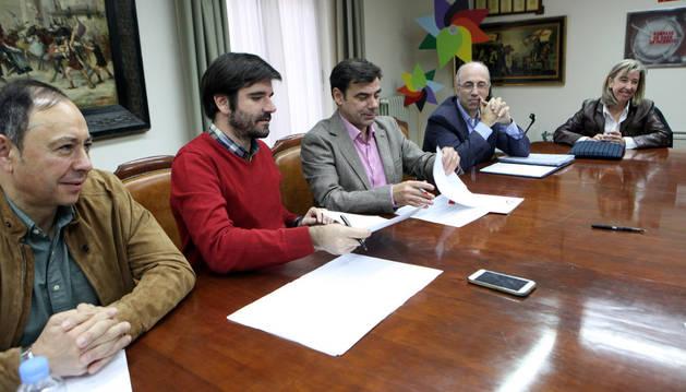 De izda. a dcha., el concejal José Ángel de Andrés; Eneko Larrarte; Ignacio Ugalde; Antonio Martínez, gerente de ANEL; y Gemma Merino, coordinadora de las actividades de ANEL en la Ribera, durante la firma.