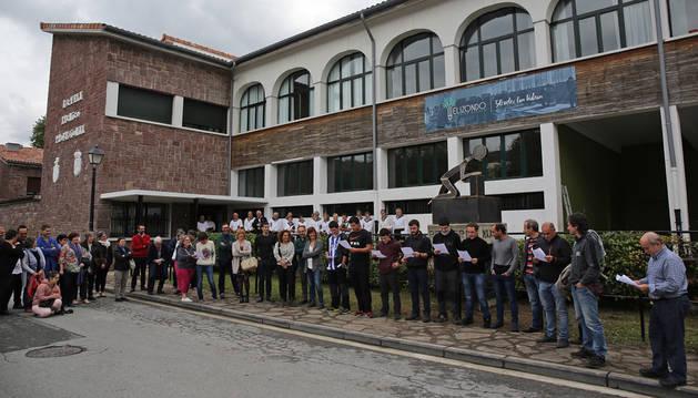 Estudiantes del CIP Elizondo Lanbide Eskola, cantan bertsos ante profesores, autoridades antiguos alumnos.