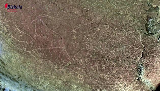 Hallazgo en la cueva de Atxurra, cerca de Lekeitio, de un conjunto de grabados de hace 14.000 años