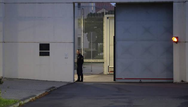 Un guardia penitenciario vigila un acceso a la cárcel de Leipzig, donde se ha suicidado el presunto terrorista islamista Jaber Albakr.