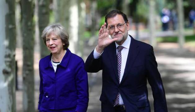 Theresa May y Mariano Rajoy pasean por los jardines de Moncloa.