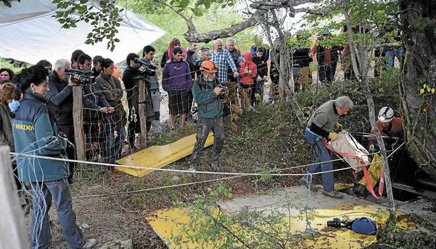 Especialistas coordinados por la Sociedad Aranzadi recogen restos extraídos de la sima de Legarrea, en Gaztelu.