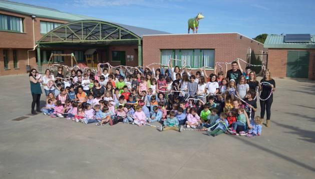 Los alumnos, más los profesores, de Erentzun Ikastola con la cuerda que se ha convertido en el símbolo de este año en el patio de este centro educativo de Viana.