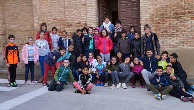 Imagen de los alumnos y profesores del colegio público El Castellar que participaron ayer en la visita al convento de los Carmelitas Descalzos.