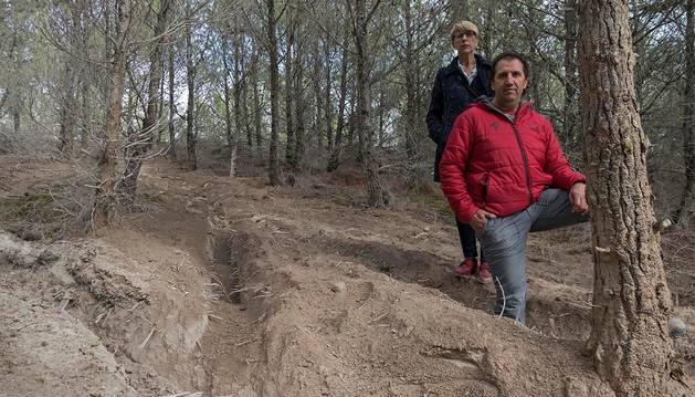 La profundidad de las zanjas se evidencia en esta imagen, con la pierna izquierda de Eduardo Laparra Arróniz en una de ellas, delante de Consuelo Ochoa Resano en una de las sendas entre pinares.