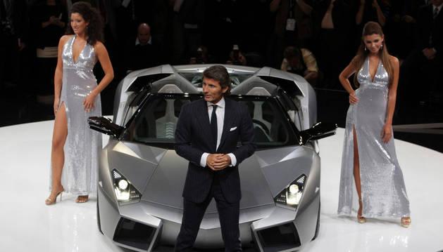 Dos modelos escoltan al Lamborghini Reventon, junto al directivo Stephan Winkelmann.
