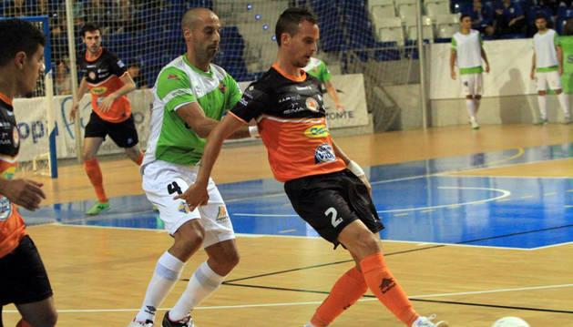 David  pasa un balón ante la presión del jugador de Palma Vadillo.