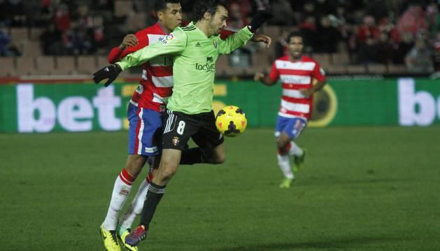 Miguel De Las Cuevas pelea con un jugador del Granada en el último duelo de Osasuna ante el equipo andaluz