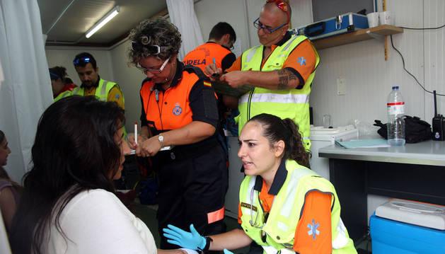 Varios agentes de Protección Civil de Tudela atienden a los heridos en el cohete.