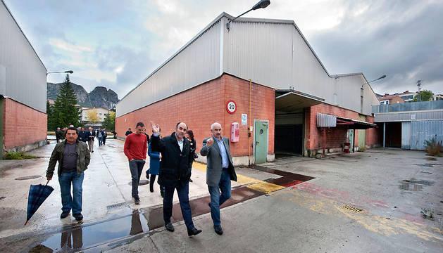 En primer plano, el vicepresidente Ayerdi y el gerente de Nasuvinsa, durante el recorrido por las instalaciones.