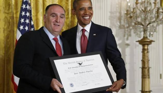 El cocinero Jose Andres posa junto a Barack Obama.