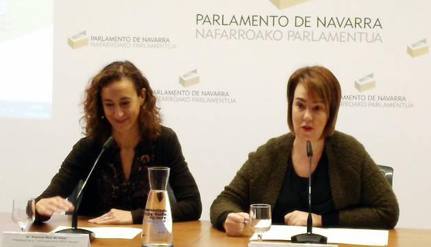 La presidenta de la Coordinadora de ONGD Navarra, Patricia Ruiz (izda.), y la presidenta del Parlamento foral, Ainhoa Aznárez.