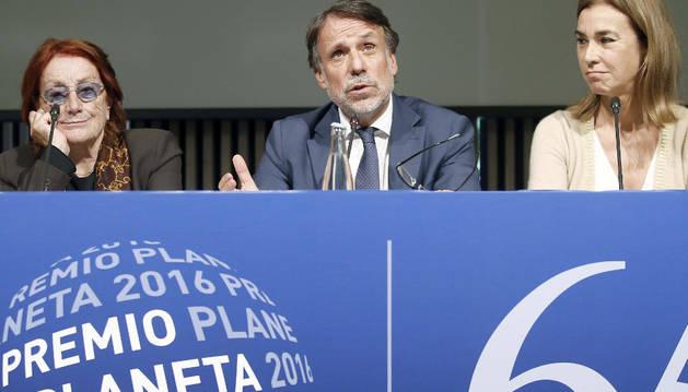 El presidente del Grupo Planeta Josep Creuhera (c) junto a los miembros del jurado Carmen Posadas (d) y Rosa Regas (i).