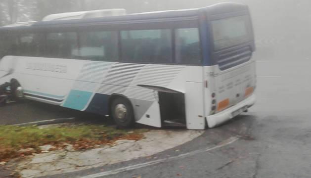 Autobús cruzado en el puerto de Lizarraga.