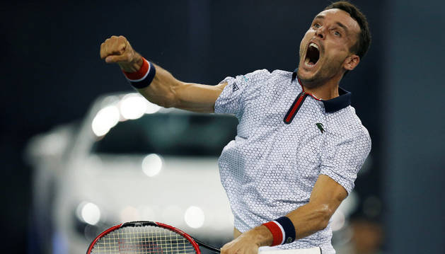 Roberto Bautista celebra la victoria ante el francés Tsonga