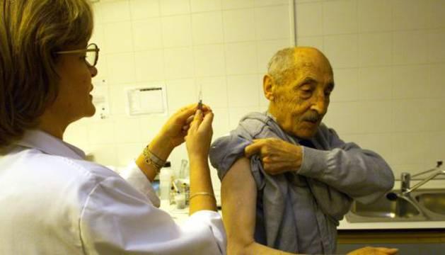 Los ancianos deben vacunarse contra la gripe para evitar complicaciones.