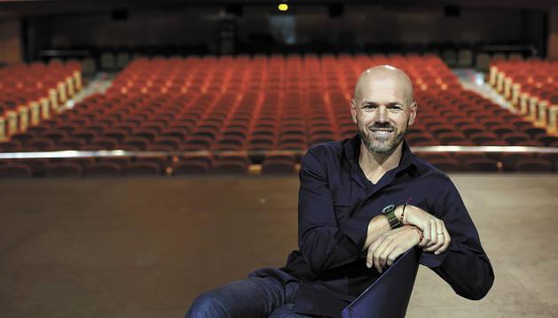 Mikel Artxanko Mantxo, presidente de Fundaciones de Navarra posando la semana pasada en el escenario del Auditorio de Barañáin.