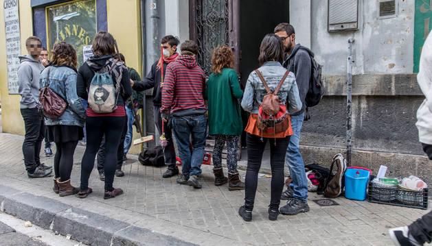 Varios jóvenes del colectivo hiREKin el pasado sábado 8 de octubre ante el edificio ocupado en el Paseo de Sarasate.