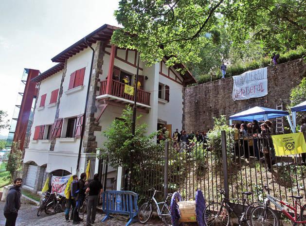 Imagen del día de la apertura del gaztetxe en el chalé de Caparroso.