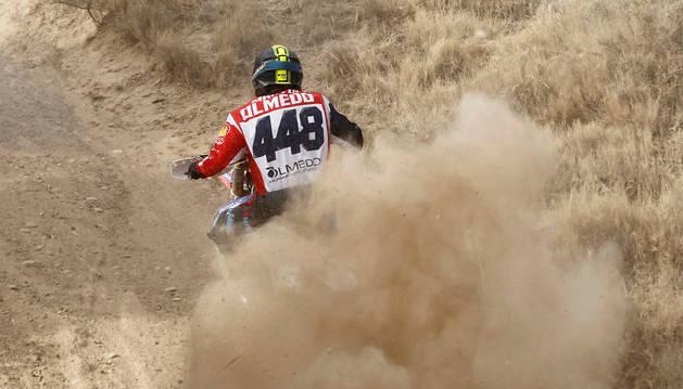 Un piloto participante de la prueba internacional que acoge esta semana Tierra Estella levanta polvo y tierra a su paso.