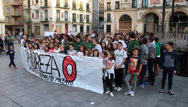 Imagen de la concentración del grupo Pobreza Cero celebrada ayer en la plaza de los Fueros.