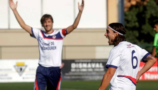 Juanlu CIsneros, centrocampista de la Mutilvera, celebra el gol que marcó ayer y le valió el triunfo a su equipo ante la Ponferradina.