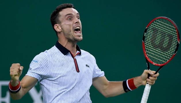 Roberto Bautista celebra su victoria ante Djokovic en las semifinales del Masters 1000 de Shanghái.