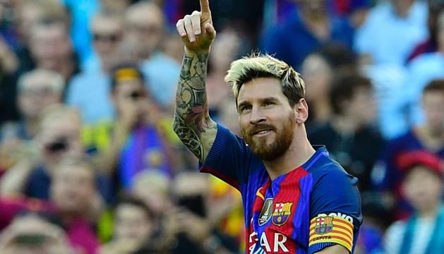 Leo Messi saluda tras marcar el cuarto gol del partido.
